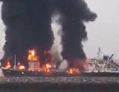 VIDEO: Petro tanker catches fire in UAE port – one dead