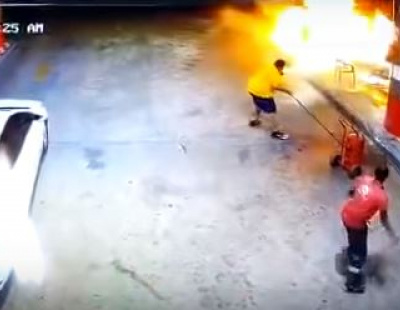 Video: Saudi national risks life to extinguish petrol station blaze