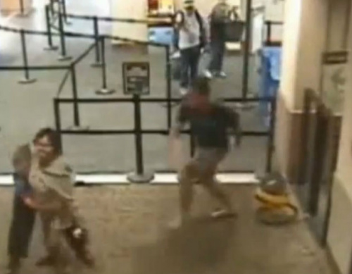 VIDEO: US policeman rescues airport worker from attack