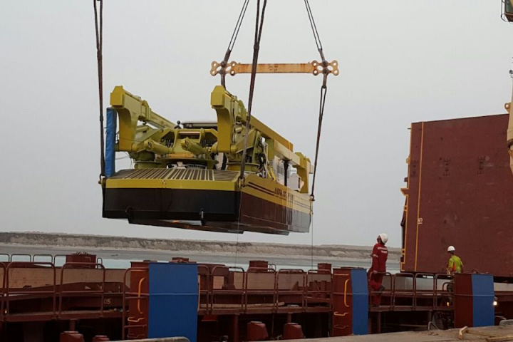 The project cargoes included three dredgers weighing 88 tonnes each, six 23-tonne floats and containers weighing 16 tonnes each.