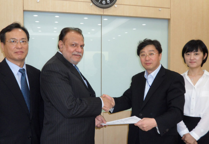 L to R, J.H. Yu (Almajdouie Korea representative), S. I. Mustafa (vice president - Almajdouie) and My Chung and Jina Kim, (Doosan Corporation Glonet)
