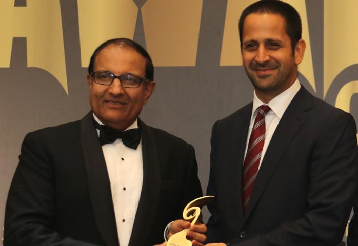 Essa Al-Saleh (right) receiving his award.