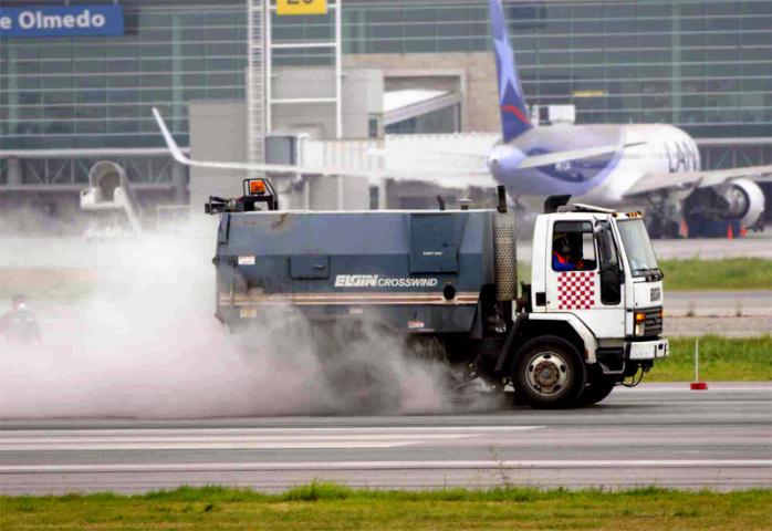 Cleaning the runway at Jos? Joaqu?n de Olmedo (STR/AFP/Getty Images).