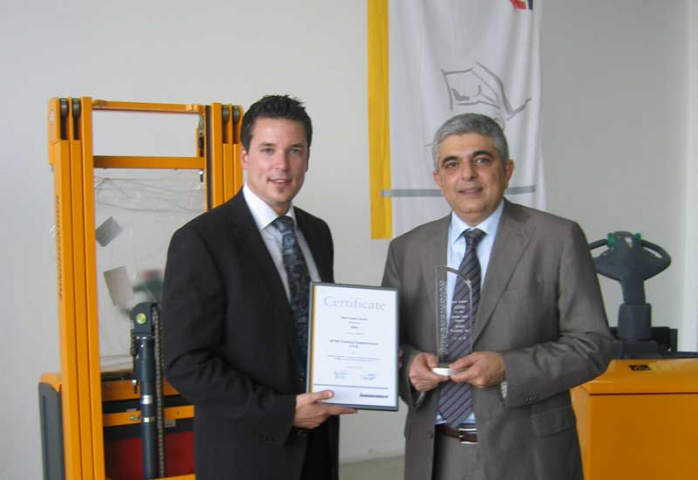 Jungheinrich's Christian Jargstroff presents the award to SPAN's Walid Daniel.