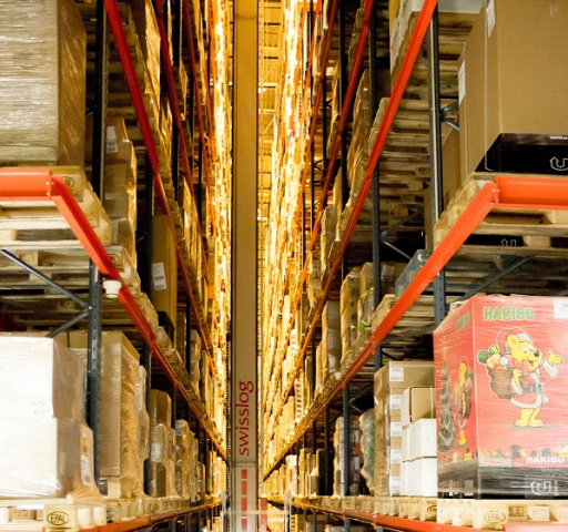 The Vectura pallet stacker crane has a modular structure and compact design that enables it to handle single-, double-, triple- and multi-deep layouts. The pallet stacker crane maximizes storage space and efficiently handles multiple pallet loads.