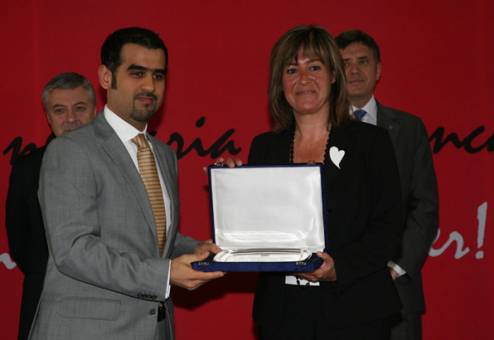 Mansoor Al Bastaki, regional manager -Europe at Economic Zones World, accepts the award.