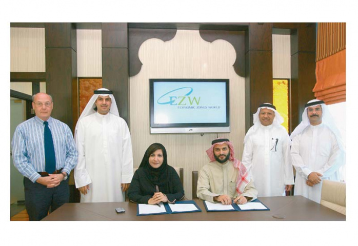 SIGNING THE CONTRACT: Jafza?s Salma Hareb and Rakisa Economic City?s Abdullah Taibah are joined by their colleagues