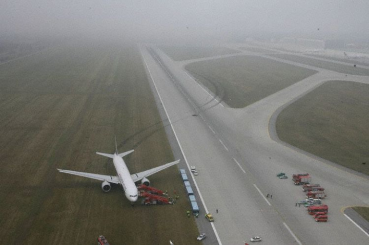 The pilots were able to bring the airliner safely to a stop, but its tires were shredded in the process (image illustrative).