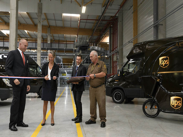The French Minister of Transportation, Elisabeth Borne, the mayors of both Corbeil-Essonnes and Évry, and other dignitaries attended the opening ceremony.
