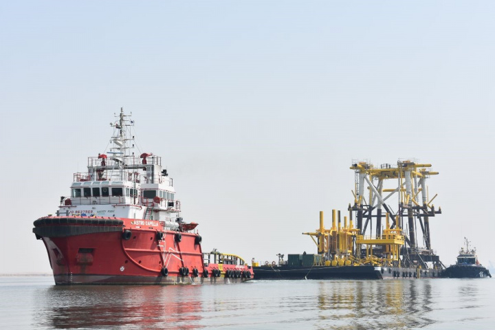 Mammoet, Astro, Barge, Tug, Middle east