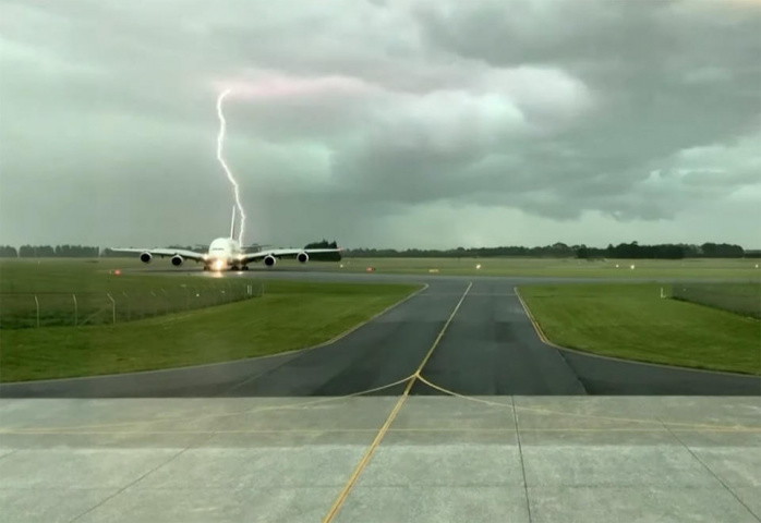 Emirates, VIDEO, Lightning, Storm, New zealand