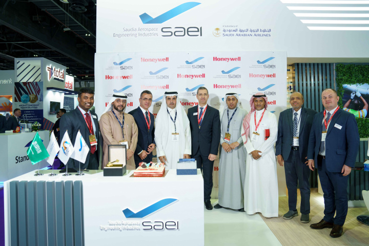 Senior representatives from Honeywell and Saudia Aerospace Engineering Industries (SAEI) celebrate the completion of more than 100 auxiliary power unit (APU) repairs at the SAEI Jet Propulsion Center in Jeddah, Saudi Arabia, a Honeywell certified service centre.